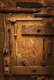 Ręka wytłacza wzory drewno na starym drewnianym workbench Obrazy Royalty Free