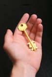 ręka złoty klucz Fotografia Royalty Free