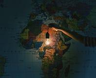 Ręka z żarówką na Afryka mapy tle Podróżować, discov Fotografia Royalty Free