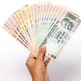 Ręka z Indiańskiej rupii notatkami Zdjęcia Stock