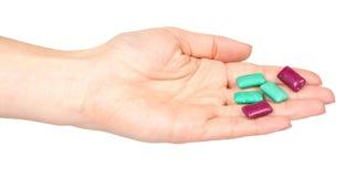 Ręka z jaskrawą gumą do żucia, stomatologiczny bubblegum zdjęcie stock