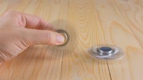 ręka z kądziołkiem na stole fotografia stock