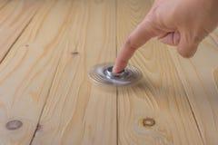 ręka z kądziołkiem na stole zdjęcie stock
