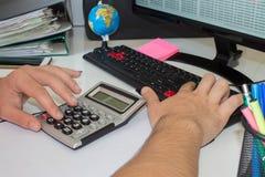Ręka z kalkulatorem Finanse i księgowości biznes Zdjęcie Royalty Free