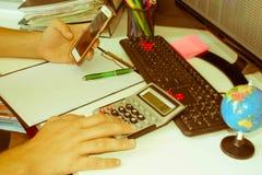 Ręka z kalkulatorem Finanse i księgowości biznes Obraz Stock