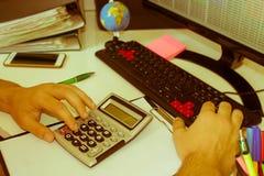Ręka z kalkulatorem Finanse i księgowości biznes Fotografia Royalty Free