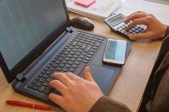 Ręka z kalkulatorem Finanse i księgowości biznes Biznesmen pracuje w biurze Zdjęcia Royalty Free