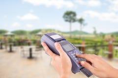 Ręka z kredytowej karty zamachem przez terminal dla sprzedaży Obrazy Royalty Free