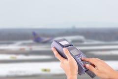 Ręka z kredytowej karty zamachem przez terminal dla sprzedaży Zdjęcia Stock