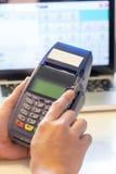 Ręka z kredytowej karty zamachem przez terminal dla sprzedaży Zdjęcie Stock