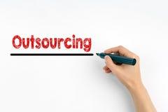 Ręka z markiera writing - outsourcingu pojęcie zdjęcia stock