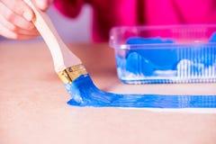 Ręka z muśnięcie farbami z błękitną farbą zdjęcia royalty free