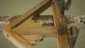 Ręka z muśnięciem lakieruje drewnianą część meble lub produkt zbiory