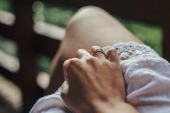 Ręka z niezwykłym pięknym pierścionkiem zaręczynowym dziewczyny mienia ręka w Zdjęcie Stock