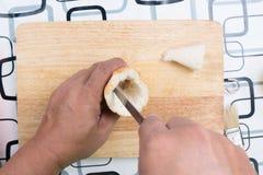Ręka z nożem penetruje chleb zdjęcia royalty free