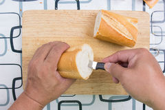 Ręka z nożem penetruje chleb fotografia royalty free