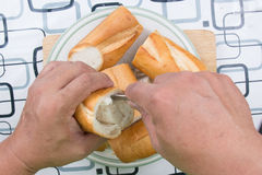 Ręka z nożem penetruje chleb zdjęcie royalty free