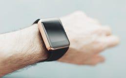 Ręka z nowożytnym mądrze zegarkiem Fotografia Royalty Free