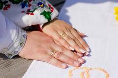 Ręka z obrączkami ślubnymi Zdjęcia Royalty Free