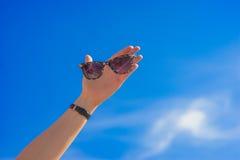 Ręka z okularami przeciwsłonecznymi Obrazy Royalty Free