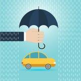 Ręka z parasolowym gacenie samochodem, asekuracyjny pojęcie Obrazy Royalty Free