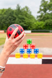 Ręka z piłką rzucać z barwionych bloków Zdjęcia Stock