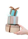 Ręka z prezentów pudełkami w kobiety ręce dla bożych narodzeń pre lub urodziny Obraz Stock
