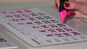 Ręka z różowymi markiera uderzenia kopyto_szewski dniami Grudnia miesiąc 2017 rok kalendarz zbiory