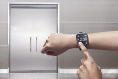 Ręka z smartwatch obrazy royalty free