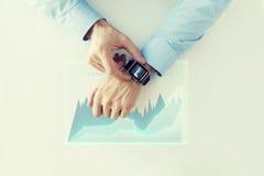 Ręka z smartwatch i wirtualną mapy projekcją Zdjęcia Stock