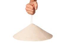 Ręka z spada piaskiem na stosie Zdjęcia Stock