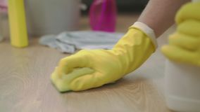 Ręka z sukienną czyści podłogą w domowym używa łachman i fluid w kiści zbiory