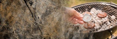 Ręka z tarczą i bbq z brown grunge przemianą Zdjęcia Royalty Free