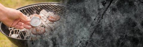 Ręka z tarczą przy bbq i popielatą grunge przemianą Obraz Stock
