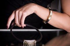 Ręka z złotą biżuterią Zdjęcie Stock