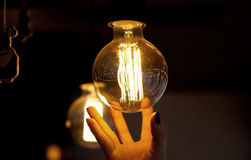 Ręka zasięg dla lampy obrazy royalty free