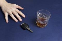 Ręka zasięg dla samochodu alkoholu i klucza jadą zdjęcie royalty free