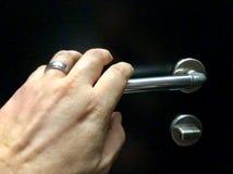 Ręka zbliża się drzwiową gałeczkę fotografia stock