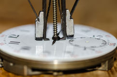 Ręka zmywacz Wokoło Podnosić ręki od Kieszeniowego zegarka ruchu Fotografia Royalty Free