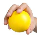 Ręka znaka postury chwyta żółty balowy kolor żółty odizolowywający Obrazy Stock