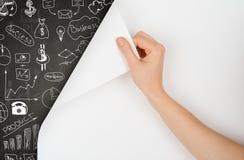 Ręka zwrotów strona i rysunkowy pojęcie na blackboard fotografia stock