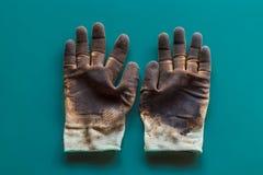 Rękawiczka z nafcianą plamą na odosobnionym tle Używać rękawiczki są brudne zdjęcie royalty free
