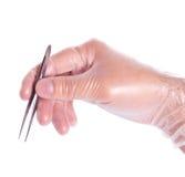 rękawiczkowe ręki mienia gumy pincety Fotografia Stock