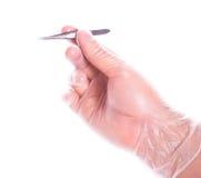 rękawiczkowe ręki mienia gumy pincety Obrazy Stock