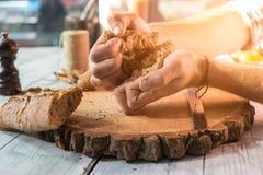 Ręki łama chleb Fotografia Stock
