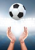 Ręki Łapie piłkę Zdjęcia Stock