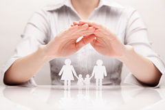 Ręki ściskają rodzinnego (pojęcie) Obrazy Royalty Free