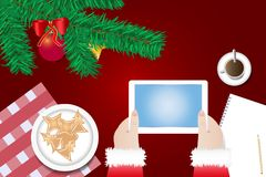 Ręki Święty Mikołaj trzymają pastylkę z pustym ekranem Obraz Royalty Free