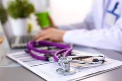 Ręki żeński medyczny pracownik używa smartphone Obrazy Stock