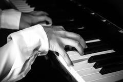 Ręki żeński pianista, muzyk bawić się pianino/ fotografia stock